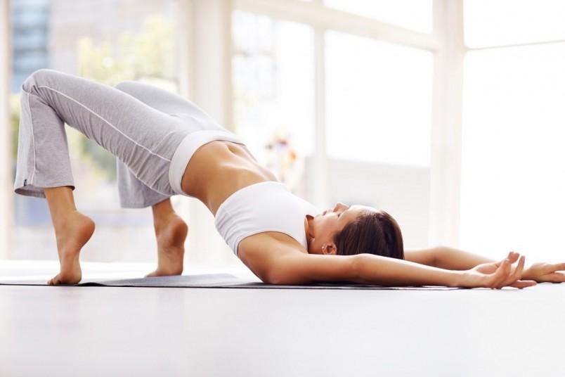 """Упражнение """"полумостик"""" качает не только ягодицы, но и мышцы нижнего пресса. Повторяйте это упражнение каждый день по 20 раз, и ваша попа станет округлой и привлекательной."""