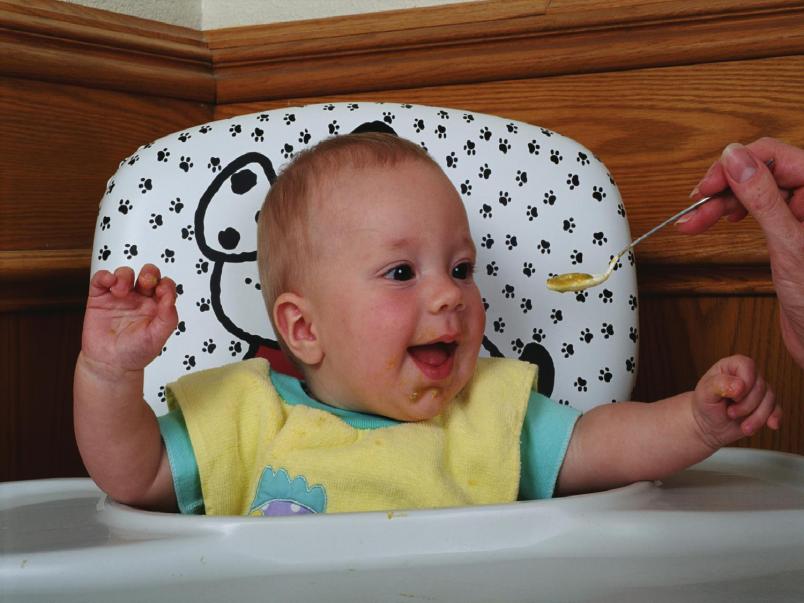 Если меню ребенка в 7 месяцев соответствует возрасту, он будет веселым и активным.
