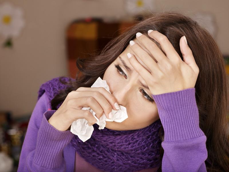 Кашель и першение в горле доставляют массу неудобств. Если вы чувствуете эти симптомы, то сразу же начинайте лечение.