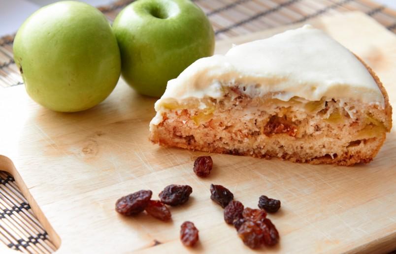 Яблочная шарлотка понравится абсолютно всем любителям вкусно покушать.