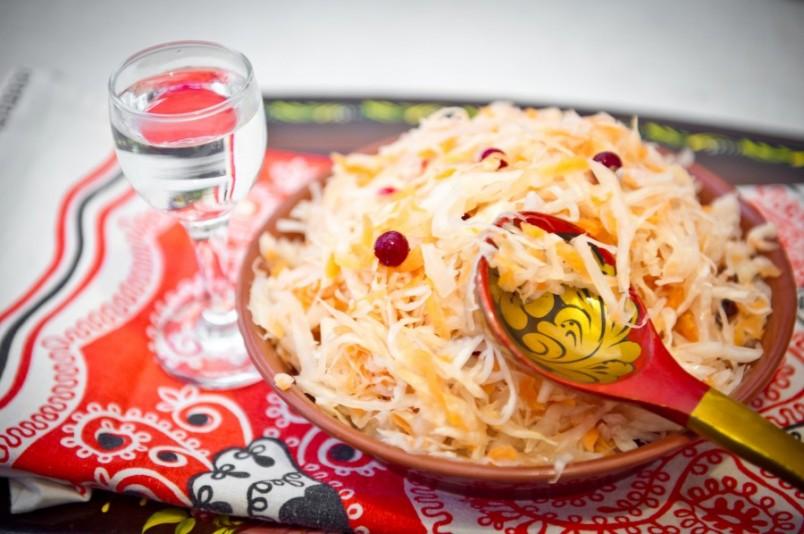 Квашенная капуста является очень вкусным и полезным блюдом.