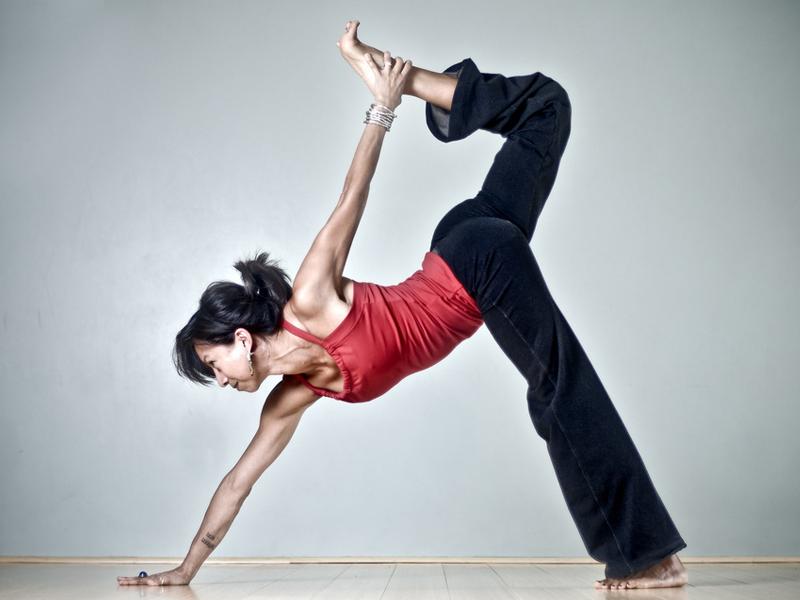 Регулярные занятия йогой помогут вам избавиться от усталости и болевых ощущений.