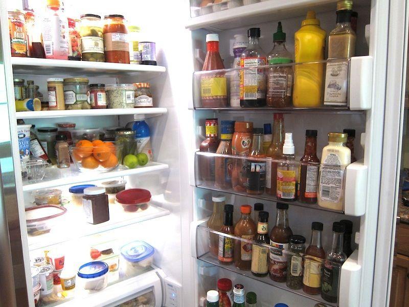 Каждая хозяйка должна заботится о чистоте и порядке в холодильнике.