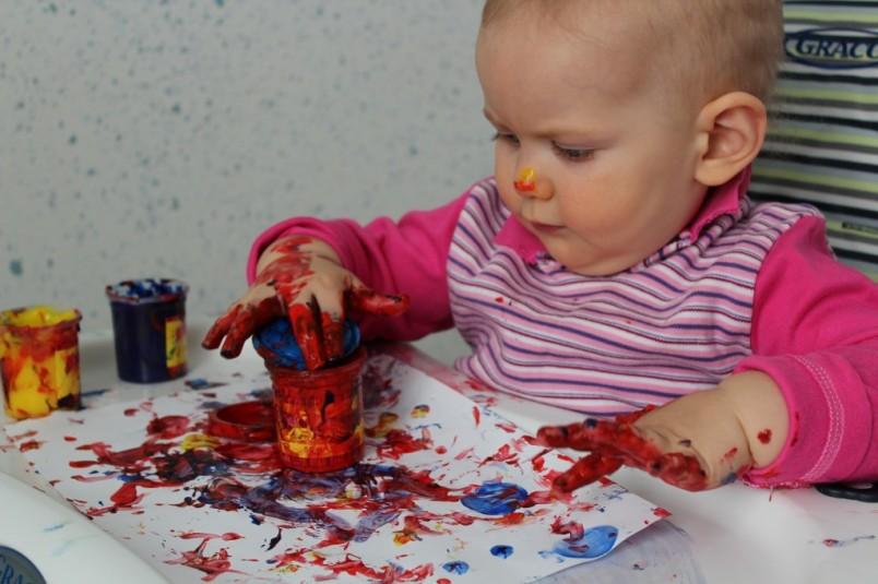 Пальчиковые краски подходят даже для самых маленьких малышей. Рисование с помощью красок такого вида становится интересным и увлекательным.