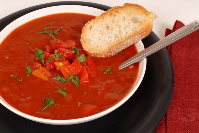 Гаспачо является блюдом испанской кухни, оно подается холодным и отлично подходит для летнего времени года.