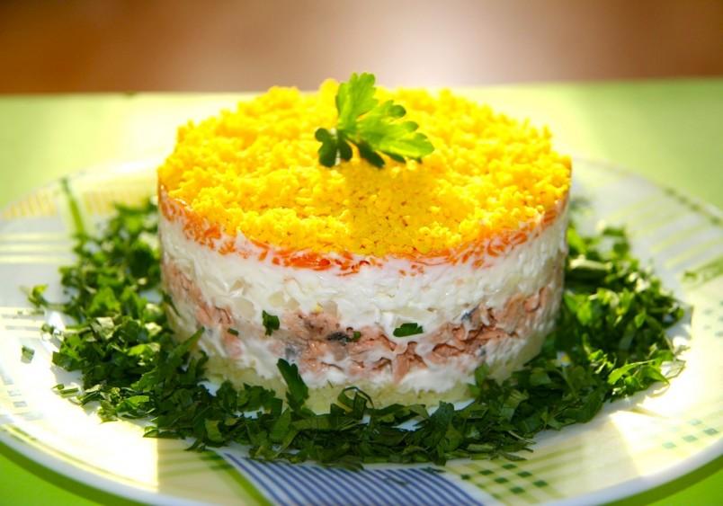 Салат мимоза является вкусным, экономичным и самое главное его готовка не занимает много времени. Именно по этим причинам этот салат пользуется такой популярностью.
