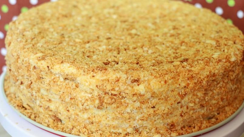 Торт наполеон - это универсальное лакомство, которое любят абсолютно все сладкоежки.