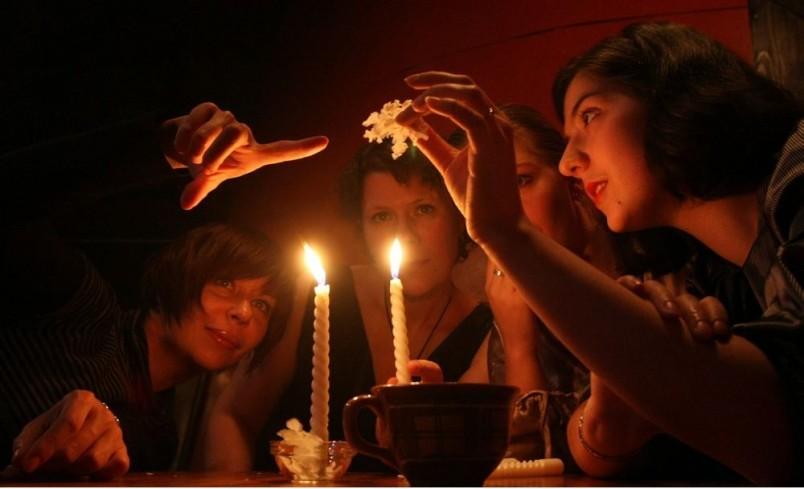 Ночь Святого Сочельника отлично подходит для волнительных и таинственных гаданий.