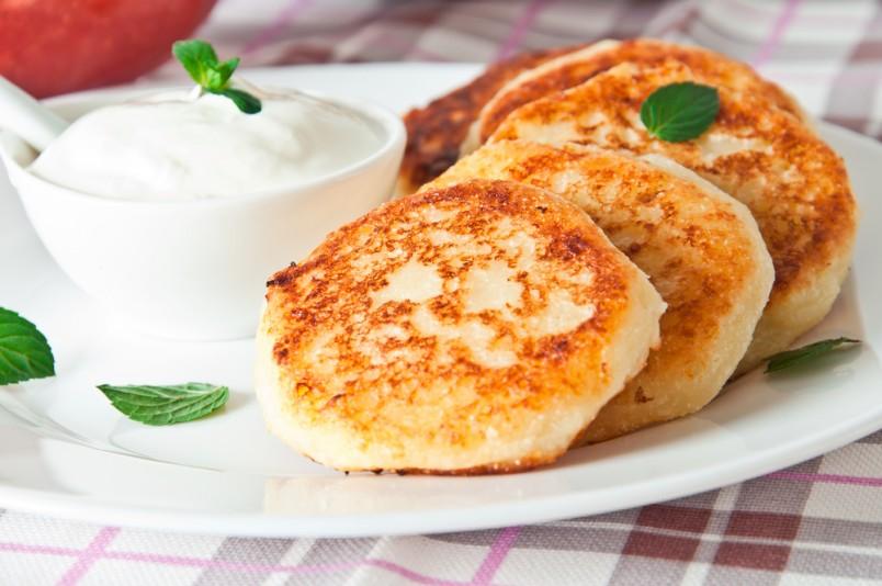 Сырники являются универсальным блюдом, которое можно подавать к завтраку, обеду или ужину.