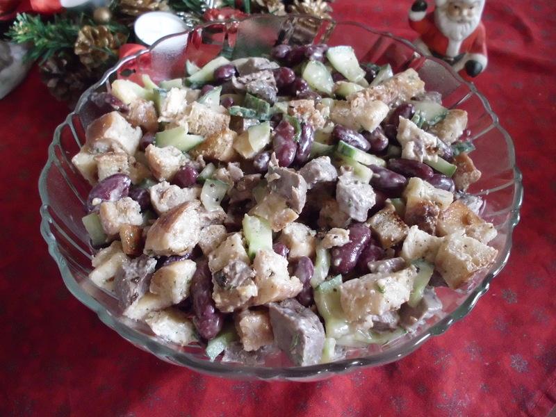 Салат с фасолью и сухариками обладает изысканным и колоритным вкусом, от которого никто не может устоять.