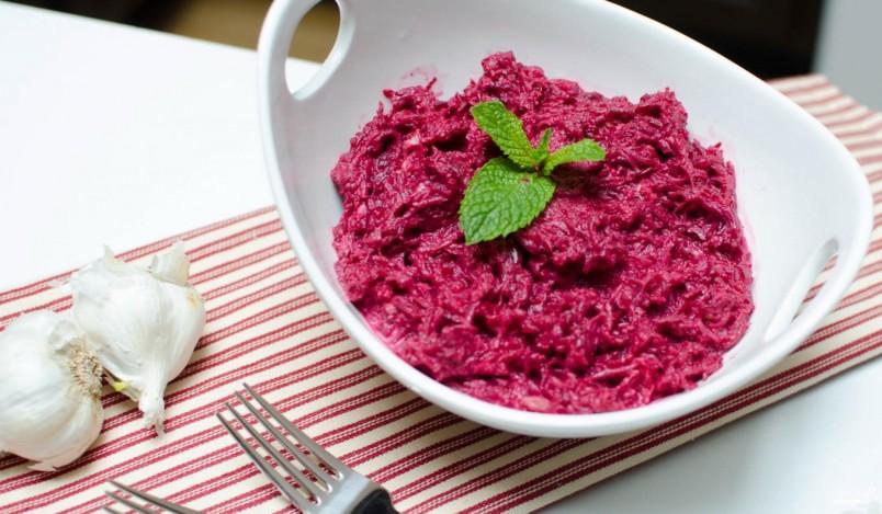 Салат из свеклы является универсальным блюдом которое подойдет, как для праздничного, так и для ежедневного стола.