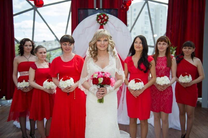 О красной свадьбе мечтают многие девушки, ведь именно красный цвет символизирует любовь и настоящие искренние чувства молодоженов.