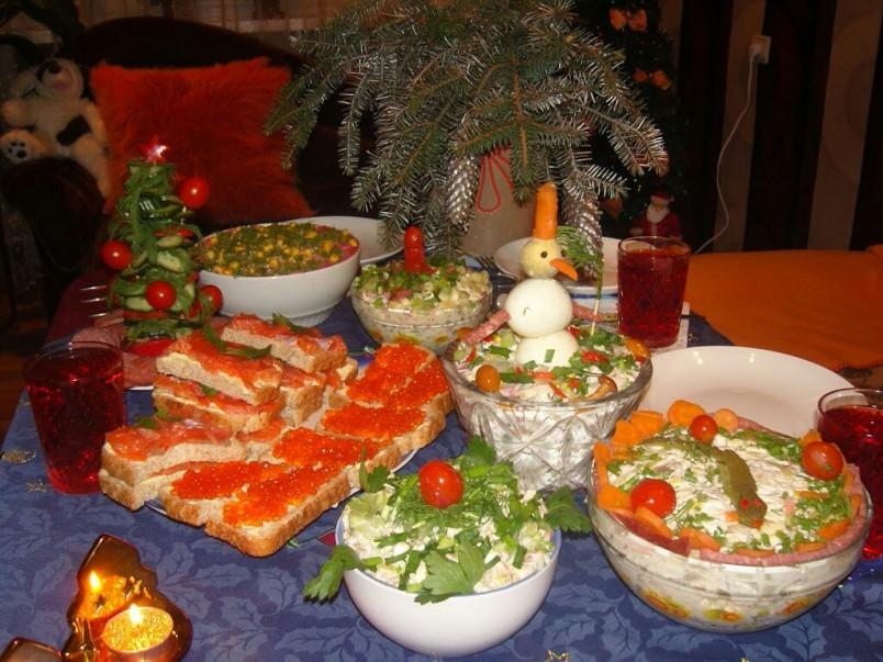 Каждая хозяйка спешит порадовать в новогоднюю ночь своих родных и близких вкусными и красивыми салатами.
