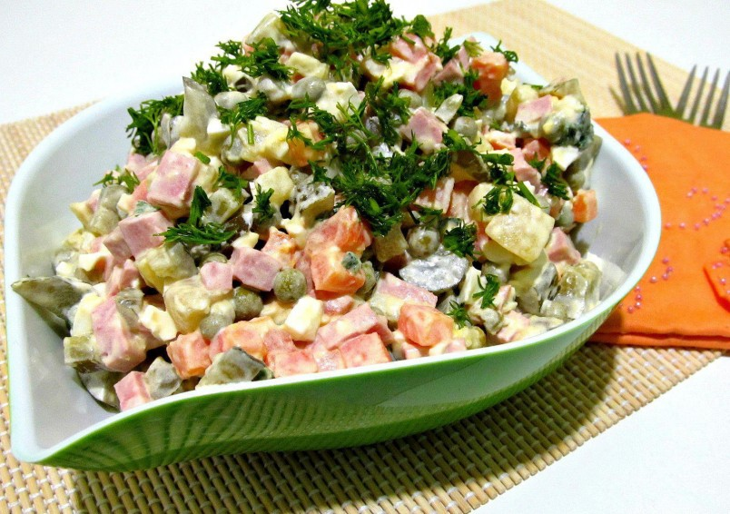 Традиционный рецепт салата оливье известен каждой хозяйке. Но существует огромное количество других рецептов, которые делают его вкус необычным и колоритным.