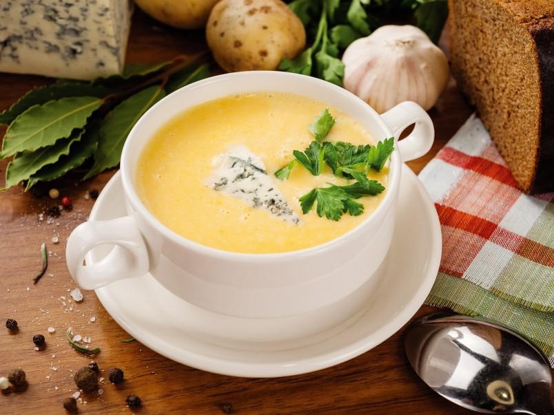 Сырный крем суп является любимым лакомством многих людей. Его приготовления не занимает много времени и сил.