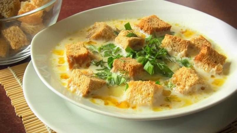 Плавленный сыр придает супу питательности и изысканности.