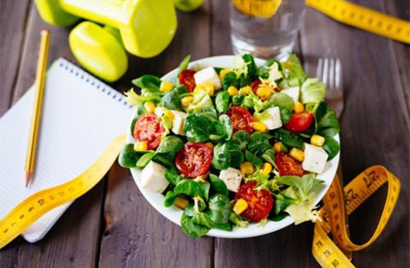 При правильном питании рекомендуется включать в свой рацион свежие овощи и фрукты.