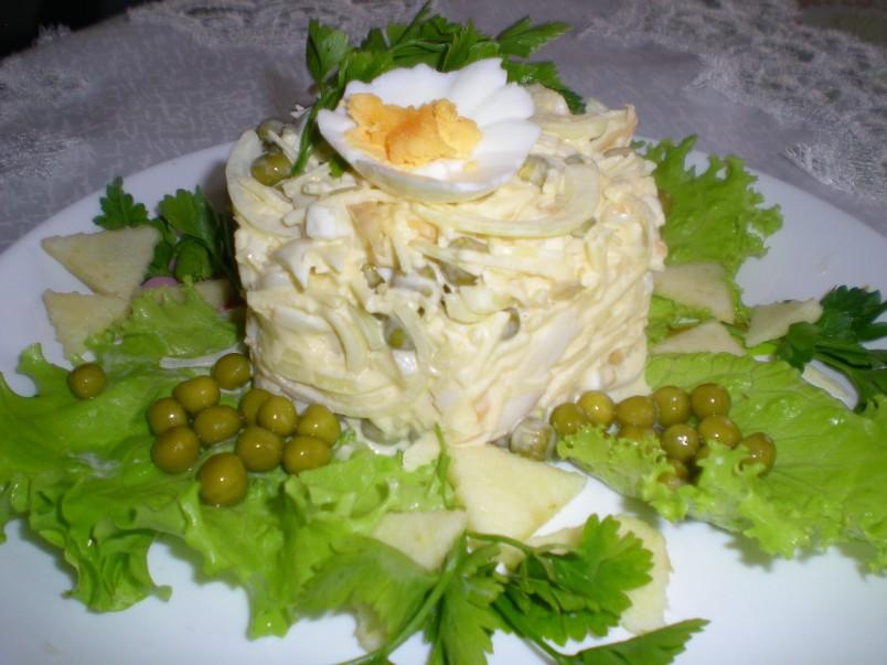Салат из кальмаров отлично подойдет для любого праздничного стола.