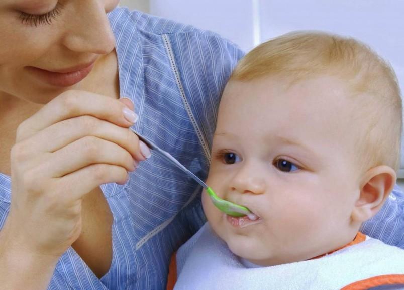 Начинать прикорм малыша нужно с продуктов содержащих полезные витамины и микроэлементы.
