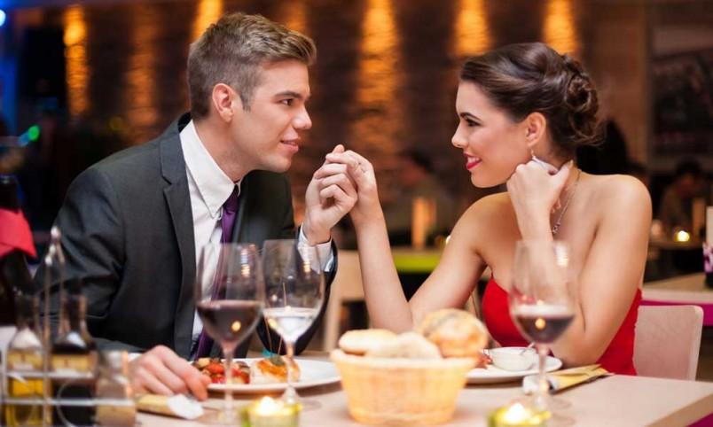 Романтический ужин-это отличный сюрприз любимому на день рождения.