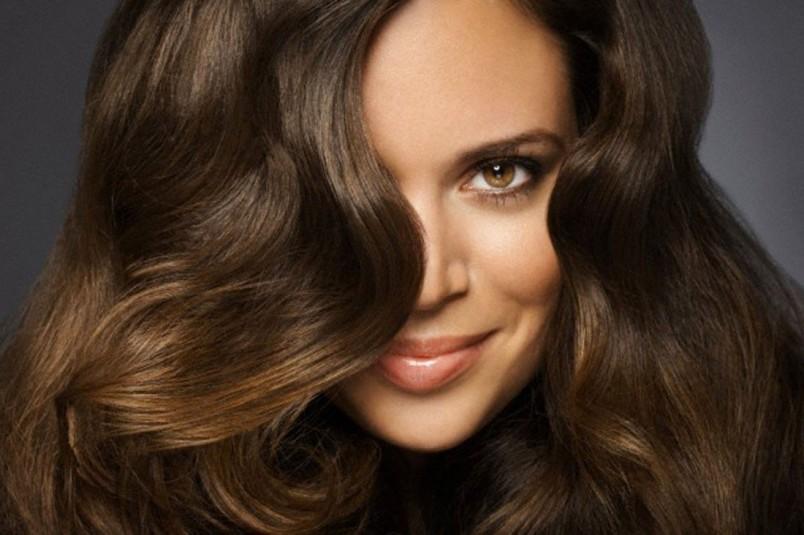 Касторовое масло отлично помогает от облысения. Применяйте маски с маслом на протяжении двух месяцев и ваши волосы обретут силу и сияние.