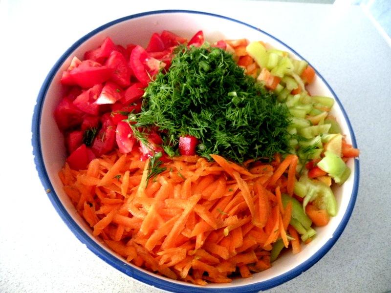 Для приготовления заправки на борщ вам понадобиться: свекла, морковь, зелень, помидоры и сладкий перец.