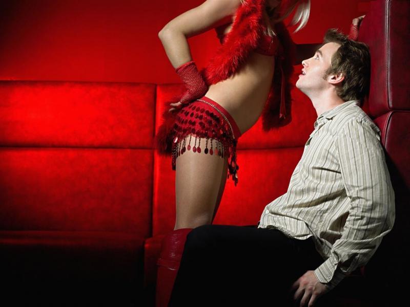 Устройте для своего мужа ролевые игры. Переоденьтесь в девочку легкого поведения и немного подразните его.