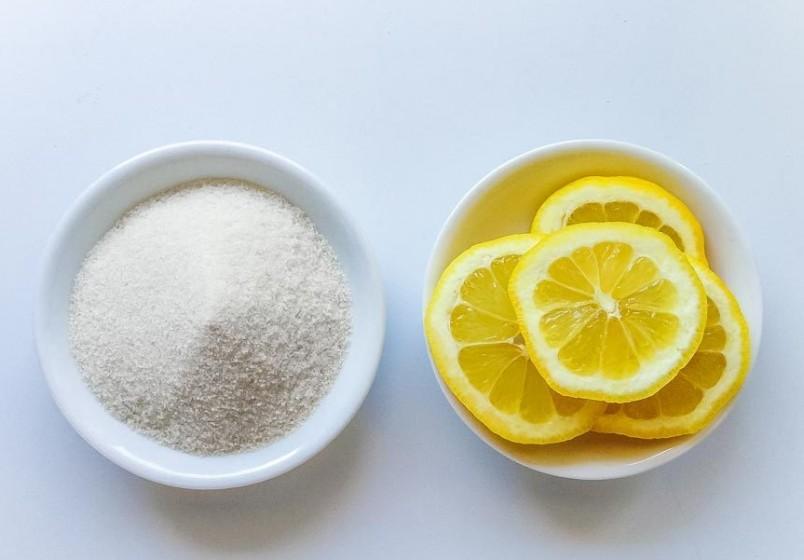 Для приготовления шугаринга вам понадобится сахар, лимон и немного воды.