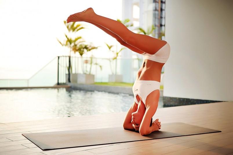 Перед каждым занятием йогой рекомендуется делать полную и хорошую разминку тела.