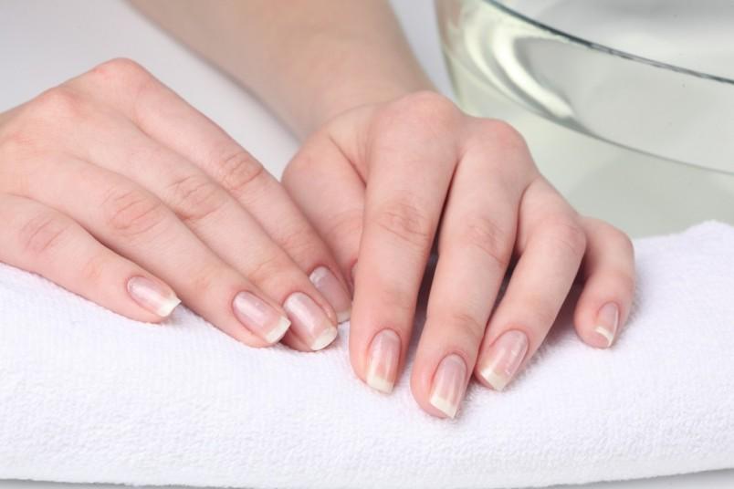 Ванночка для рук с морской солью отлично питает ногти, делает их крепче и ускоряет рост ногтей.