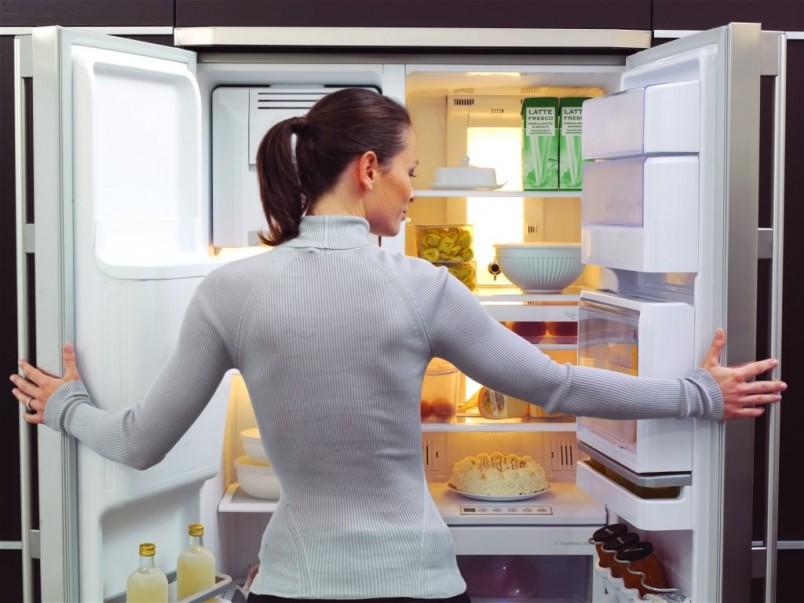 Неприятный запах в холодильнике может появляться из-за испорченных продуктов, которые имеют свойство издавать зловоние.