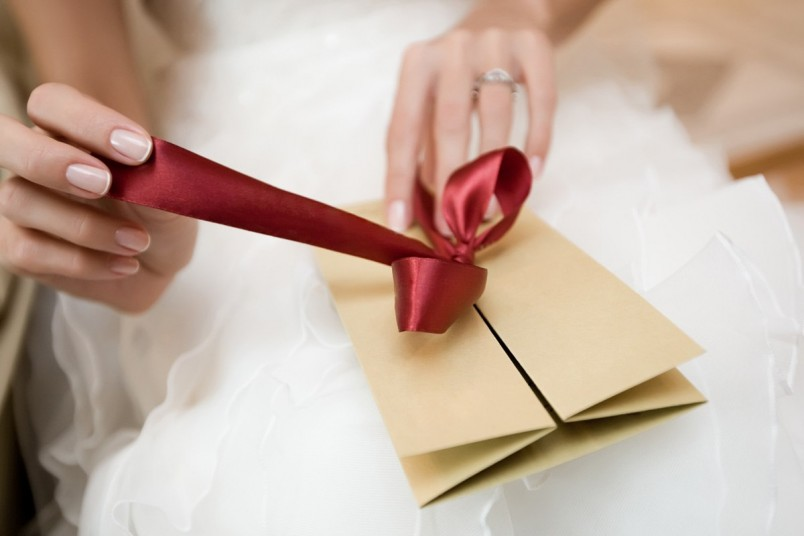 Отличным подарком молодоженам на бумажную свадьбу станут семейный фотоальбом, книга или деньги. Смастерите красивый фотоальбом своими руками, в котором будет храниться семейная история счастливой пары.