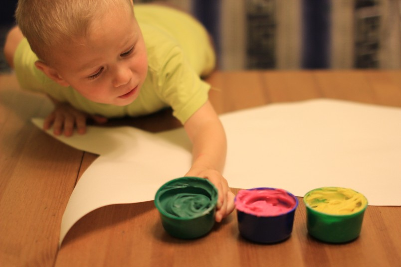 Приучать ребенка к рисованию нужно с ранних лет - это развивает мелкую моторику рук.