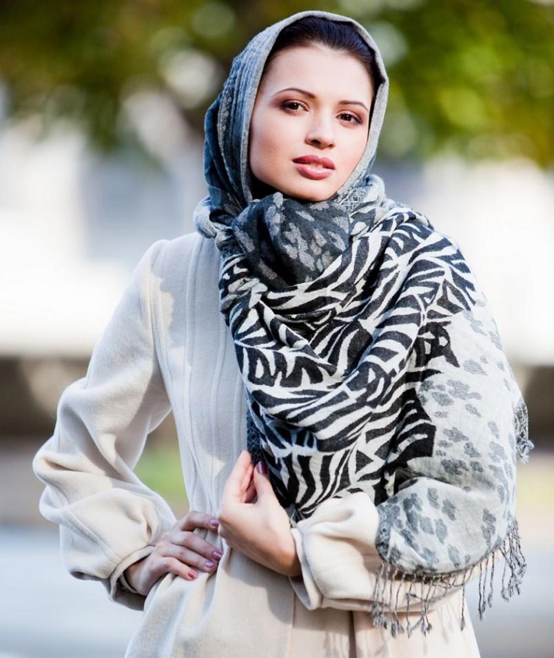Палантин отлично подойдет для носки на голове. Вы будете выглядеть не только стильно и модно, но и не замерзните в прохладную погоду.