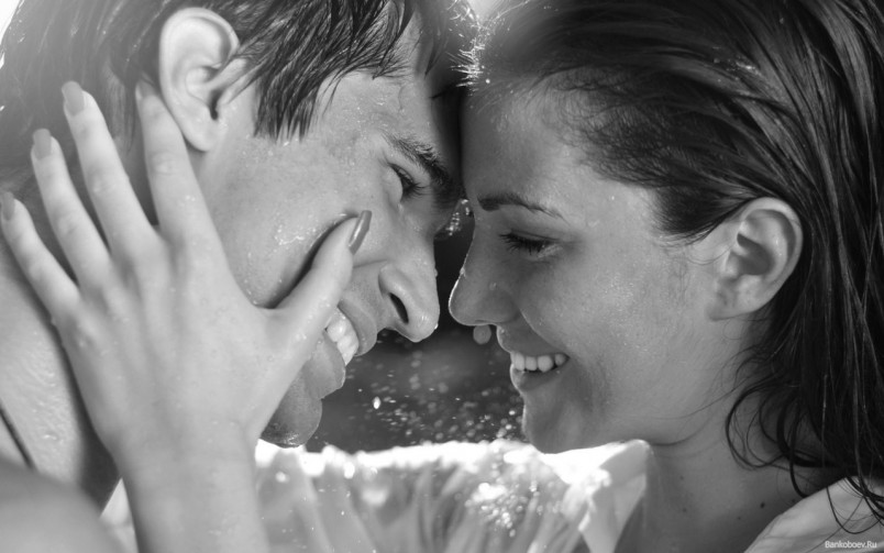 В современном мире поцелуй на первом свидании-это норма. Так что не бойтесь целовать парня, никто не скажет что вы легкодоступны.