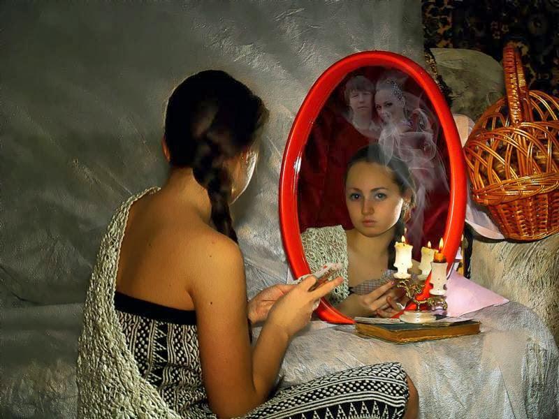 Для гадания на зеркале вам понадобится свеча, зеркало и спички.