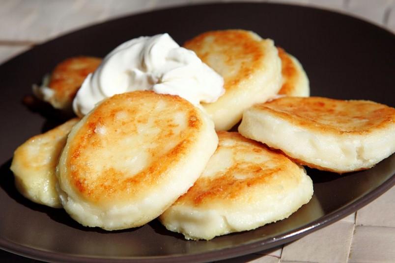 Сырники - это не только вкусно, но и полезно. Благодаря творогу, который входит в их состав, они насыщены кальцием.