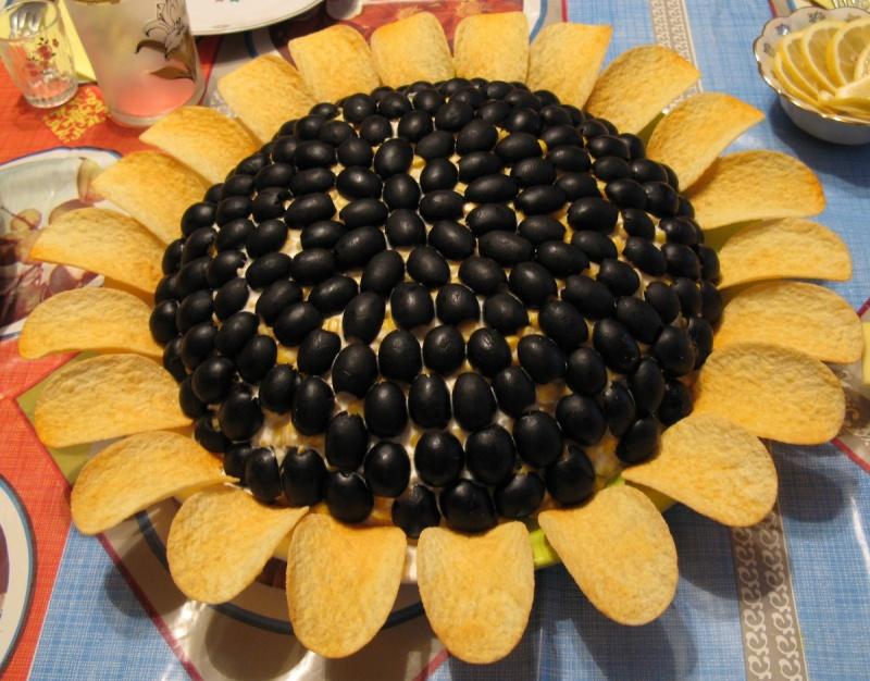 Салат подсолнух идеально подойдет для любого праздничного застолья. Его яркий внешний вид порадует даже самого грустного гостя.