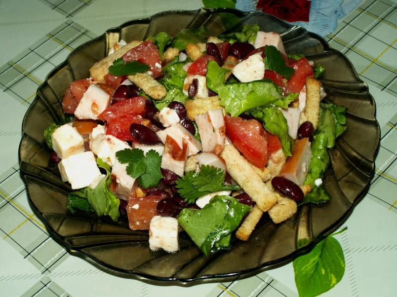 Приготовление салата займет определенное количество времени. Поэтому рекомендуется приступать к готовки заранее. Для начала отварите фасоль до полной готовности, затем приступайте обрабатывать остальные ингредиенты.