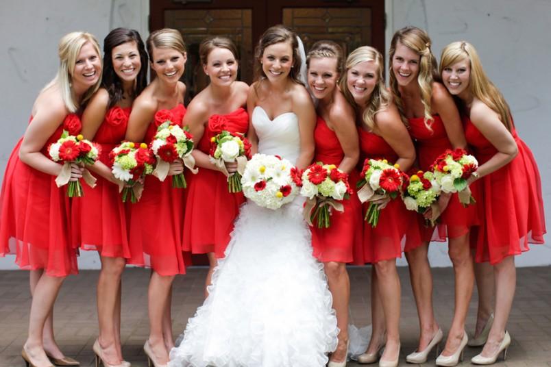 Для подружек невесты рекомендуется выбрать платья красного цвета, это создаст особый контраст и выделит невесту.
