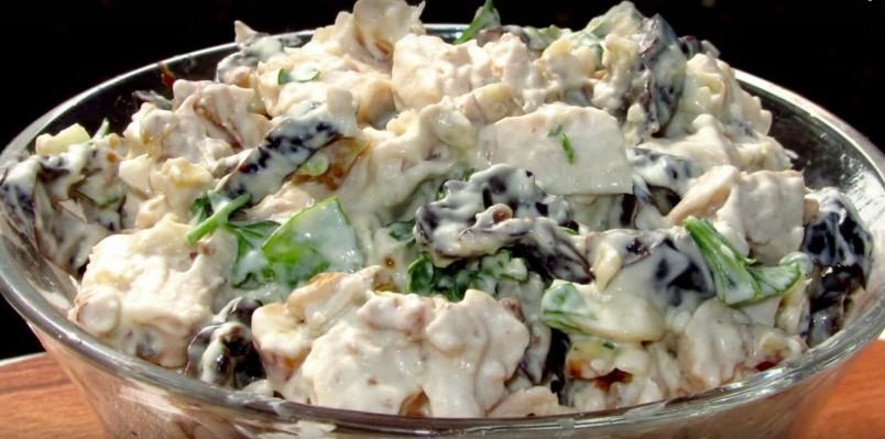 Необычный вкус салата с черносливом и курицей, придаст новогоднее настроение всем гостям.