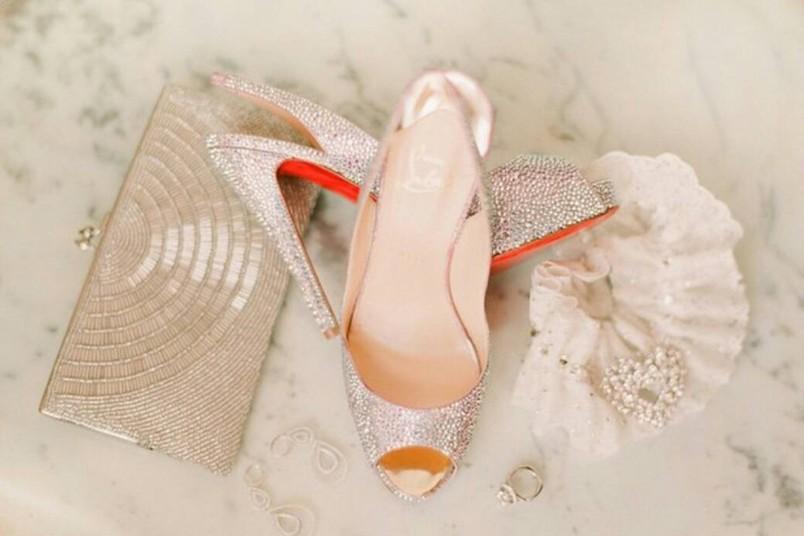 Существует примета, что надевать на свадьбу необходимо уже ношенные туфли. Если этого не сделать, то жизнь молодоженов будет не счастливой.