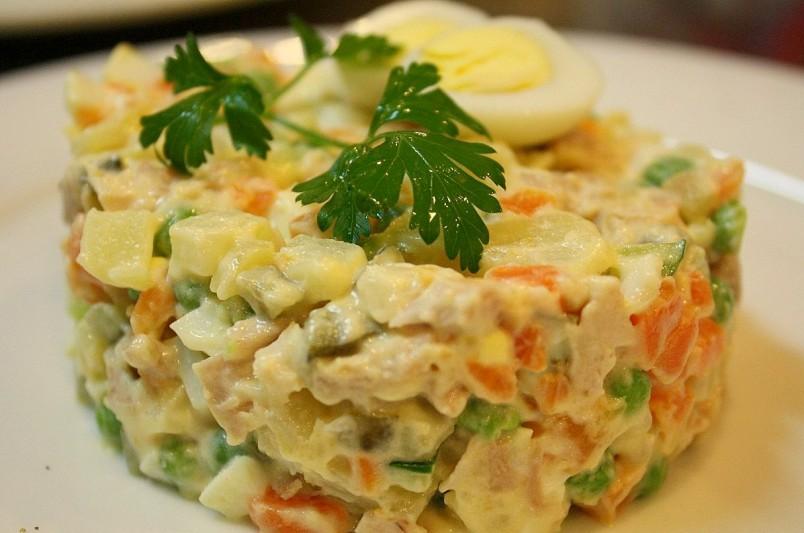 В традиционный французский рецепт салата оливье, для более насыщенного вкуса добавляют каперсы.