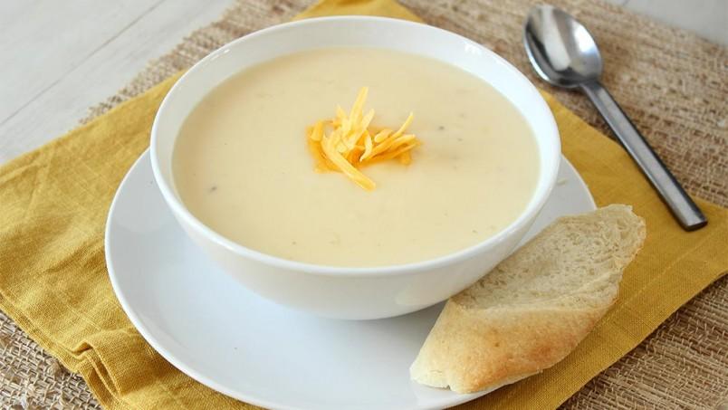 Порадуйте своих родных и близких сырным супом, который вы приготовили своими руками.