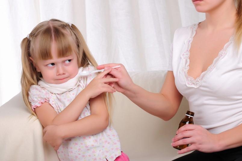 Для лечения влажного кашля рекомендуется давать сиропы, которые обладают отхаркивающим действием.