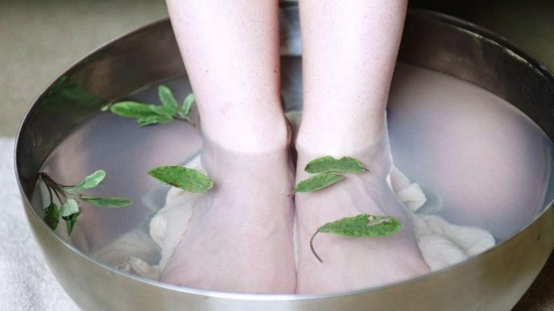 Для того чтобы избавится от шпор на пятках, рекомендуется парить ноги в горячем спирте.