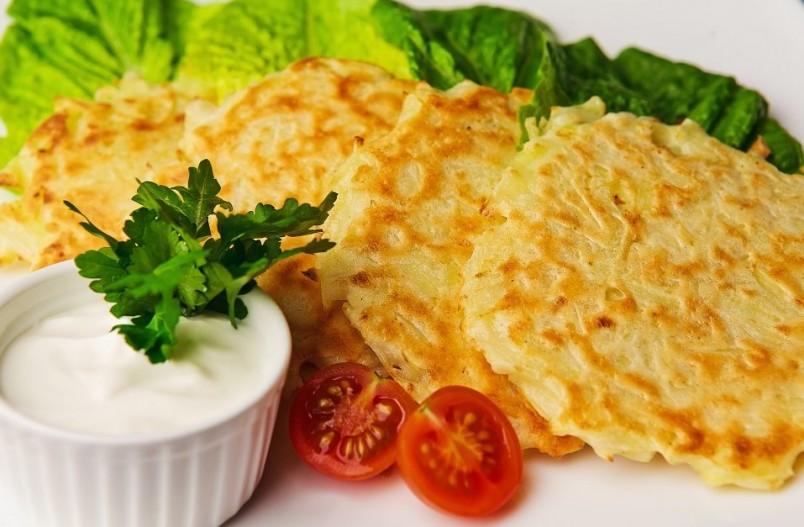 Рецепт картофельных драников достаточно прост, его может осилить даже начинающая хозяйка.