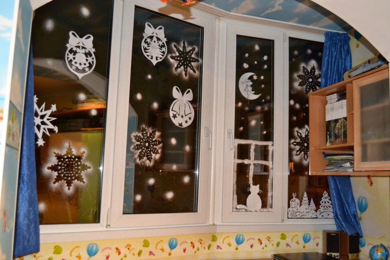 В детской комнате можно разукрасить окна с помощью зубной пасты и гуаши. Красивые узоры и фигурки поднимут настроение любому малышу.