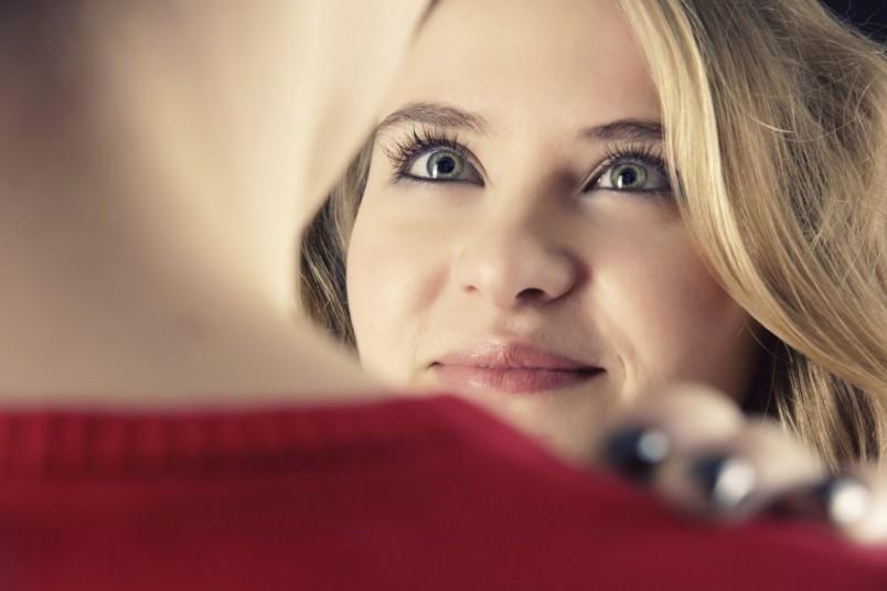 Если вы решили признаться своему молодому человеку в любви, сделайте это оригинально. Напишите записку-сюрприз или устройте романтический ужин.