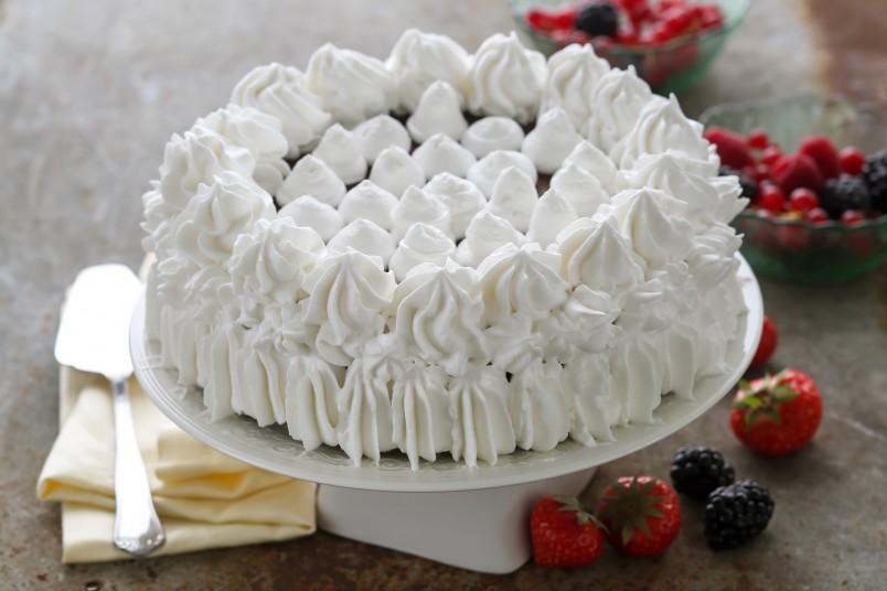 Крем - это отличное украшение для любого торта.
